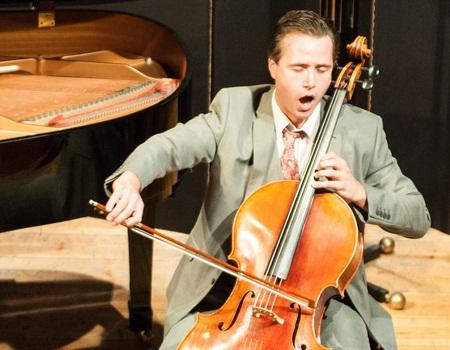 singing_cellist